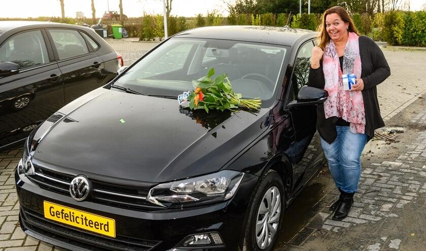 Natasja uit Huizen bij de gloednieuwe auto die ze won met de VriendenLoterij.