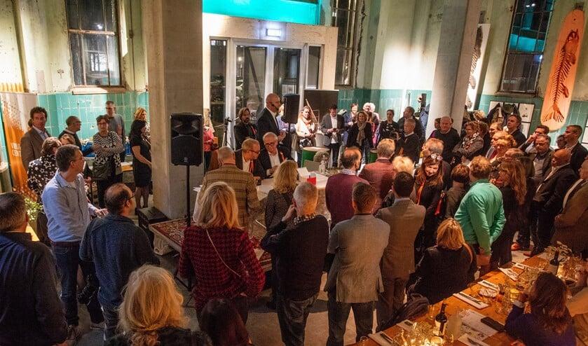 Reinier Castelein spreekt tijdens het Maatschappelijk Diner in De Krachtcentrale.