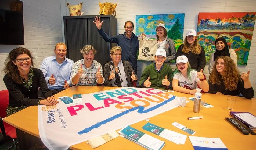 Leden van de Rotary met de Circuleerlingenraad van Scholengemeenschap Huizermaat.