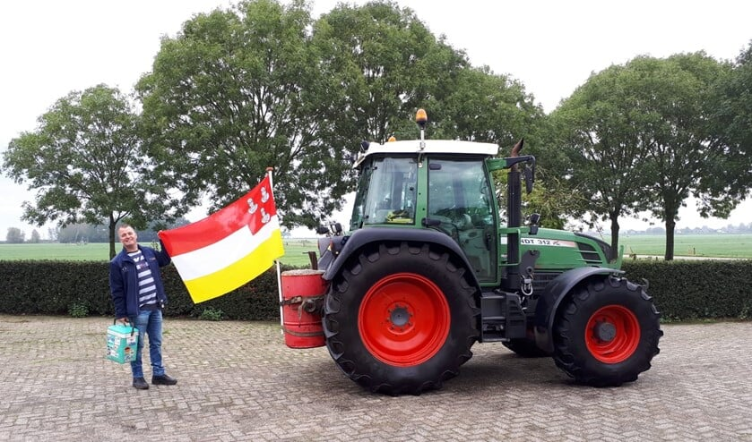 Bert Majoor nam maandag de gemeentevlag van Eemnes mee. Hij trof daar helaas niet zijn plaatsgenote en Statenlid Wilma de Boer aan.
