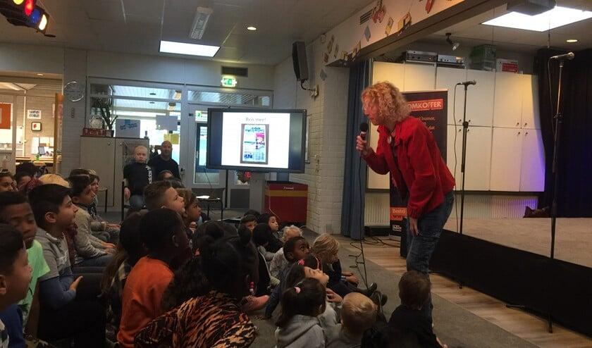 Kinderboekenschrijfster Charlotte Doornhein opende de Kinderboekenweek op de Kamperfoelieschool.