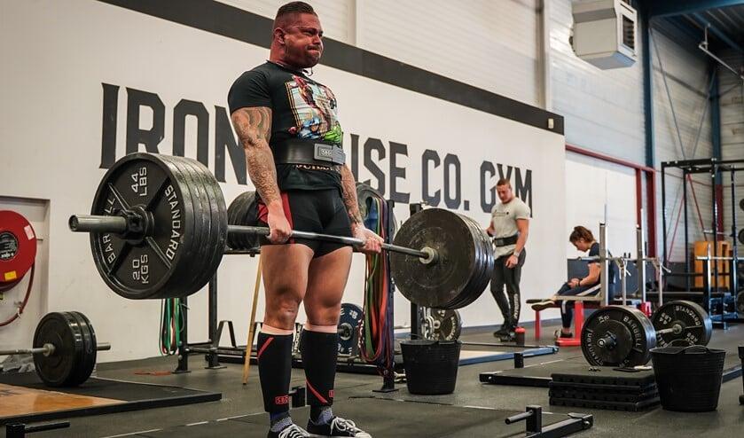 Luuk trekt 240 kilo omhoog tijdens het deadliften bij een training in voorbereiding op het WK.