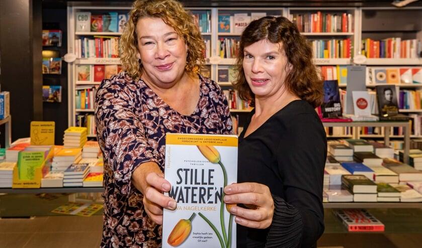 Alexandra (links) en Victoria Nagelkerke presenteren hun  thriller donderdag 24 oktober in Voorhoeve.