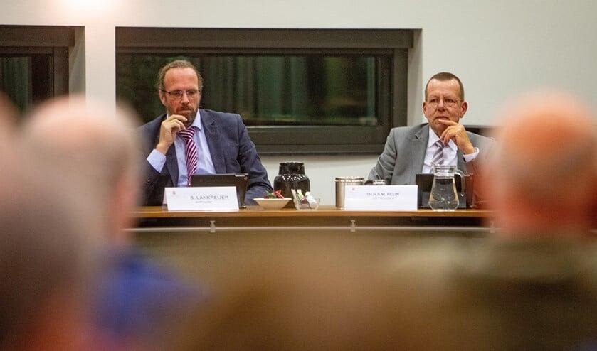 Wethouder Lankreijer (l) en Reijn tijdens de extra raadsvergadering afgelopen maandagavond.