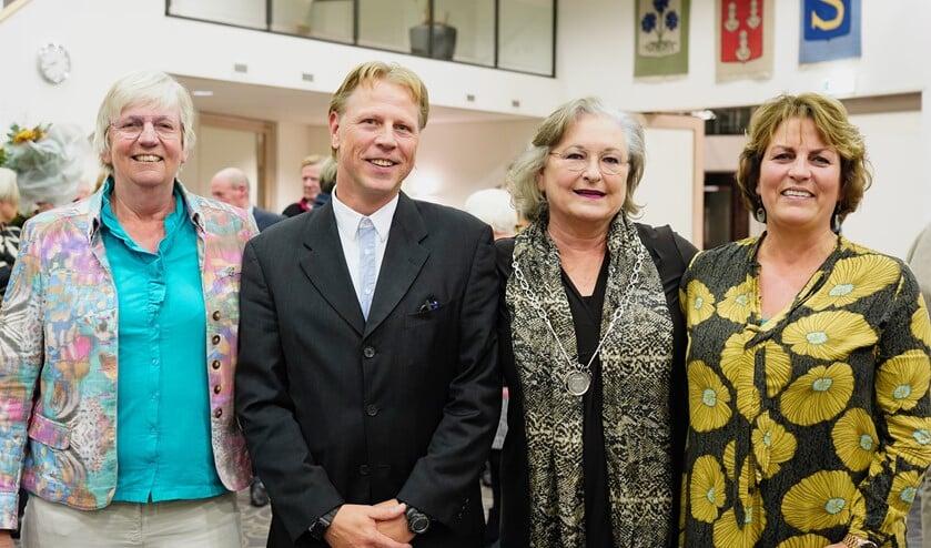V.l.n.r.: Mieke, Leon, burgemeester Joan de Zwart-Bloch en Ellewies.