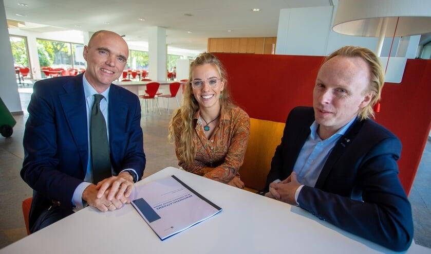 Wethouder Geert-Jan Hendriks, Floor Elderman en Jelmer Kruyt bespreken het rapport.
