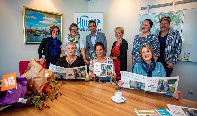 Wethouder Maarten Hoelscher kreeg eind september het eerste exemplaar van een speciale krant van Onder de Mensen.