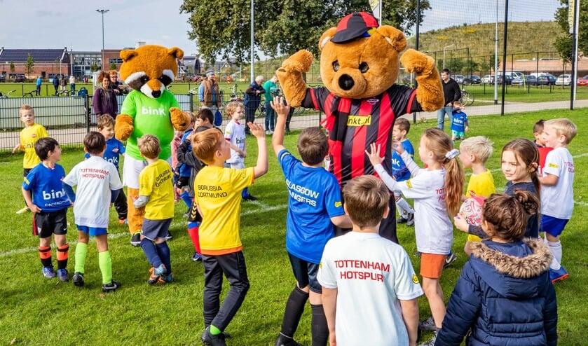 Vrolijk rennen kinderen tussen de vijf en zeven jaar achter de mascottes van Wasmeer en Bink aan.