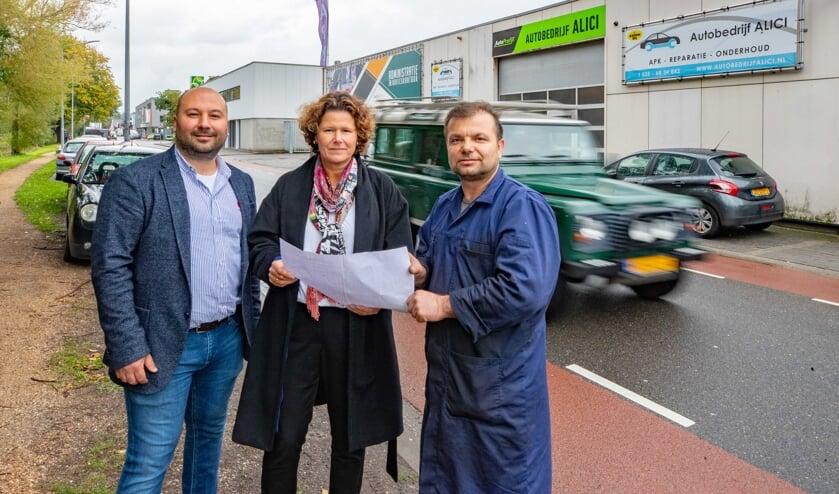 Garagehouder Ünsal Alici overhandigde de petitie aan wethouder Annette Wolthers.