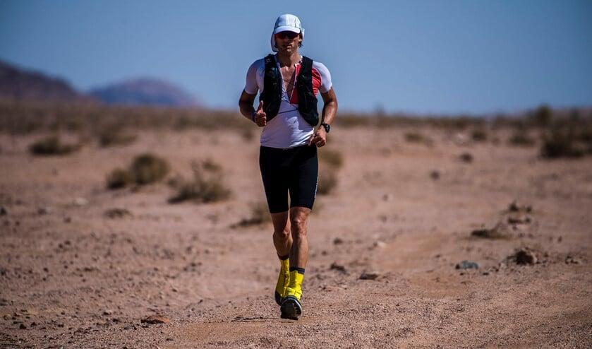 Remco tijdens zijn loop door de woestijn.