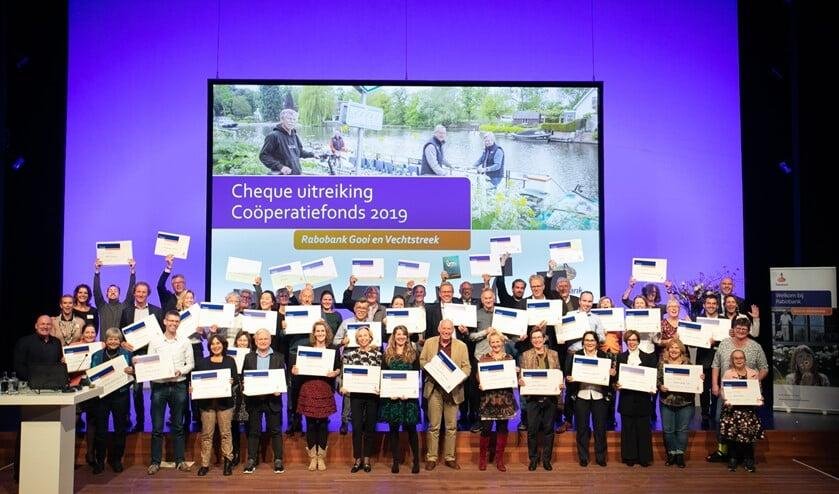André Kuipers (l) met maatschappelijke organisaties die een cheque ontvingen.