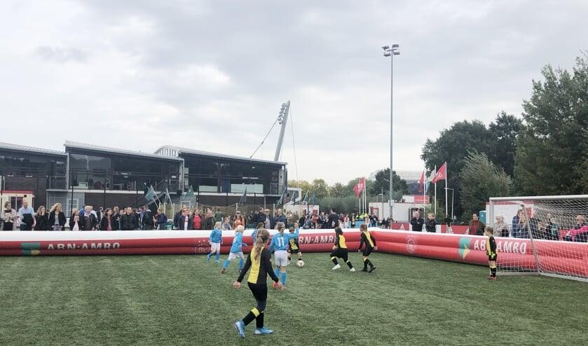 De meiden van 't Gooi in actie op een van de velden op De Toekomst in Amsterdam.