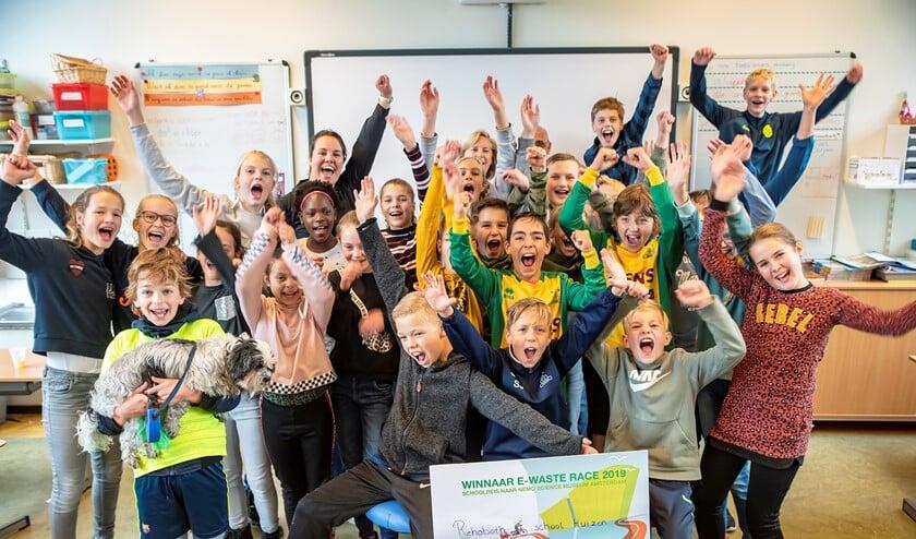De leerlingen zijn blij met hun gewonnen prijs.
