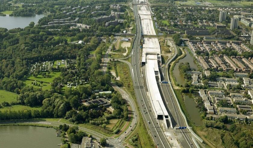 De eerste twee tunnelbuizen richting knooppunt Holendrecht gaan nu in juli open.
