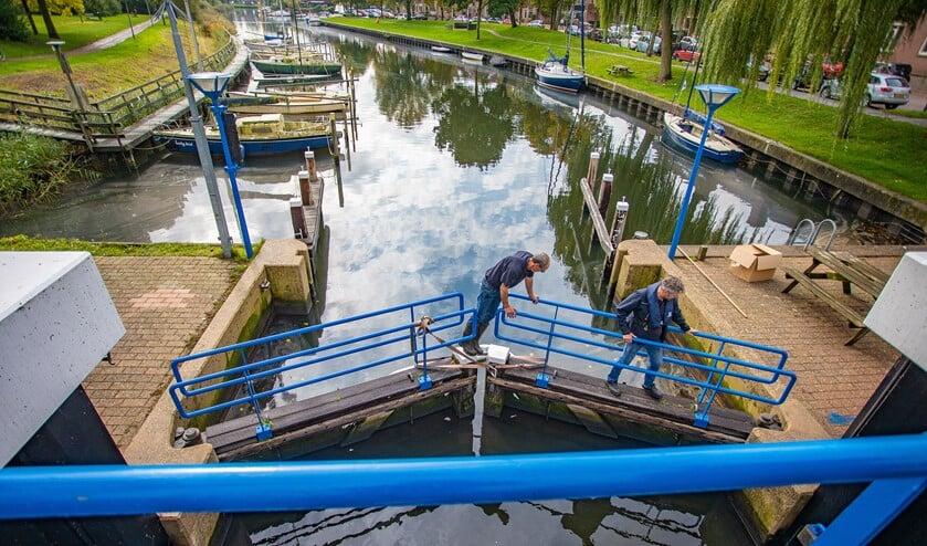 De sluis van de aanloophaven werd gesloten om te voorkomen dat de olie in het Gooimeer kwam.