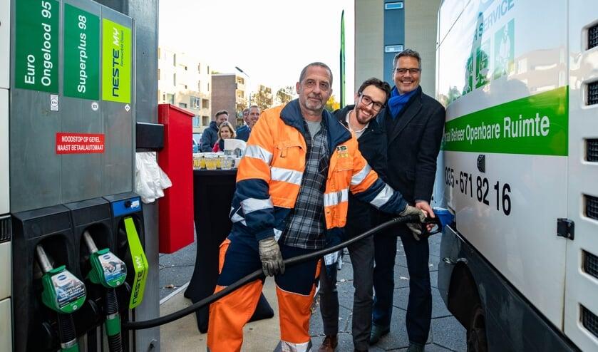 Wethouders Jan Kastje en Arno Scheepers op de plek waar automobilisten biodiesel kunnen tanken.