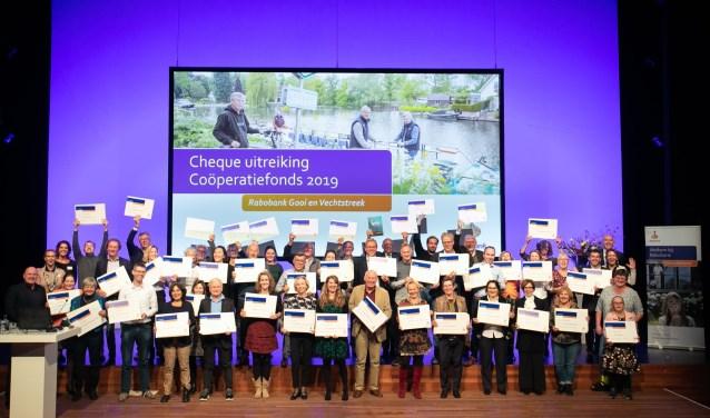 André Kuipers met de maatschappelijke organisaties die een cheque ontvingen.