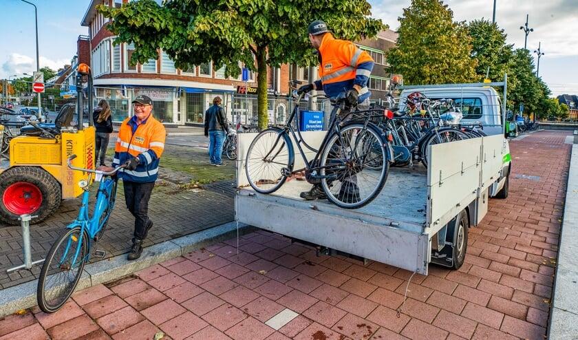 Woensdagmorgen was men druk doende met het verplaatsen van de fietsen van de oude naar de nieuwe stalling.