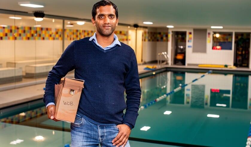 Shiva de Winter in 'zijn' zwembad waar inmiddels duizend kinderen hebben afgezwommen, met de stukken uit het WOB-verzoek in zijn handen.