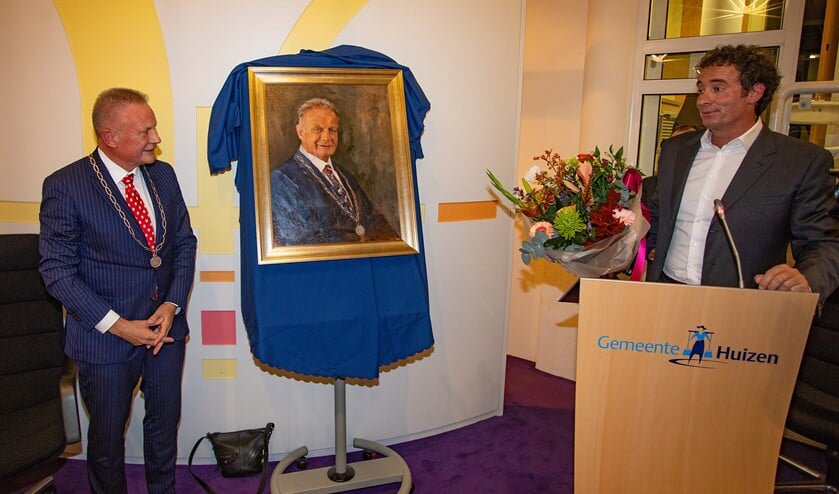 Burgemeester Sicko Heldoorn bekijkt zijn net onthulde portret.