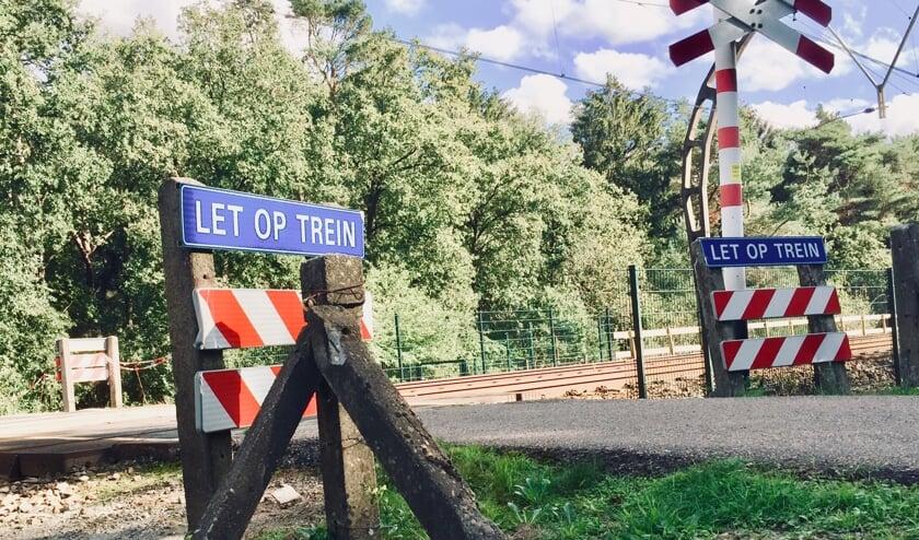De niet-actief beveiligde overweg iets verderop bij de Maartensdijkseweg gaat niet op slot.