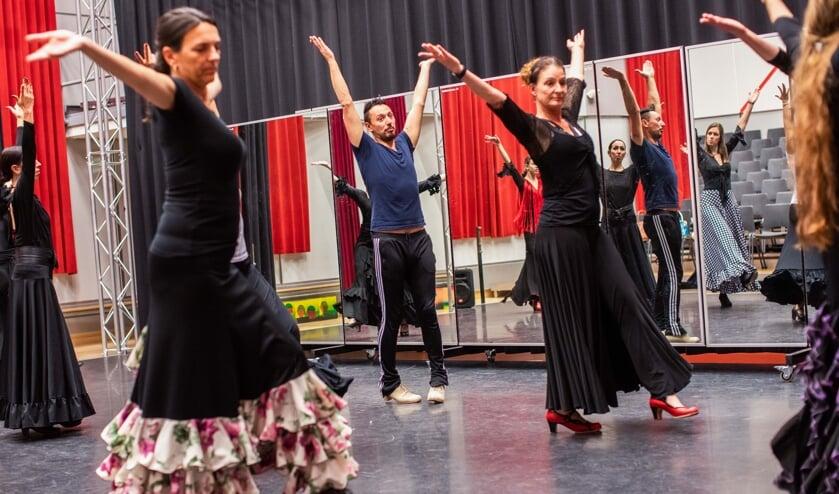 Veelgevraagd flamencodanser Javier Romero (midden): 'Iedereen kan het leren.'