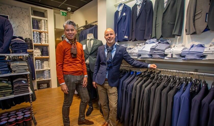 Mike van Tol en Heino van Poelgeest staan samen in de herenmodewinkel By Heino.