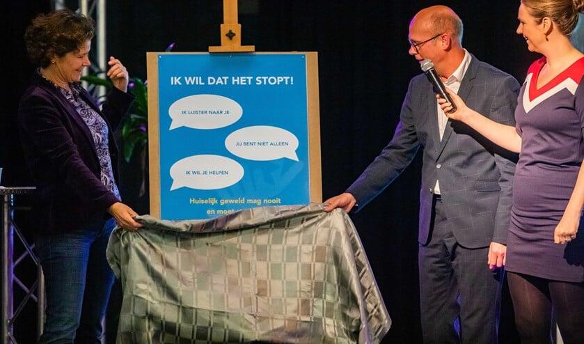 Wethouder Annette Wolthers van Hilversum onthult de flyerteksten van de ROC-campagne.