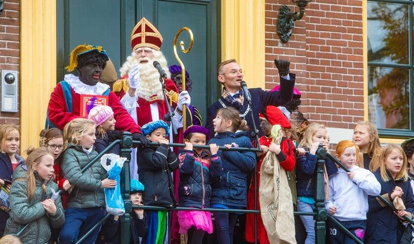 De Sinterklaasintochten worden druk bezocht en dat kan niet met alle coronamaatregelen.