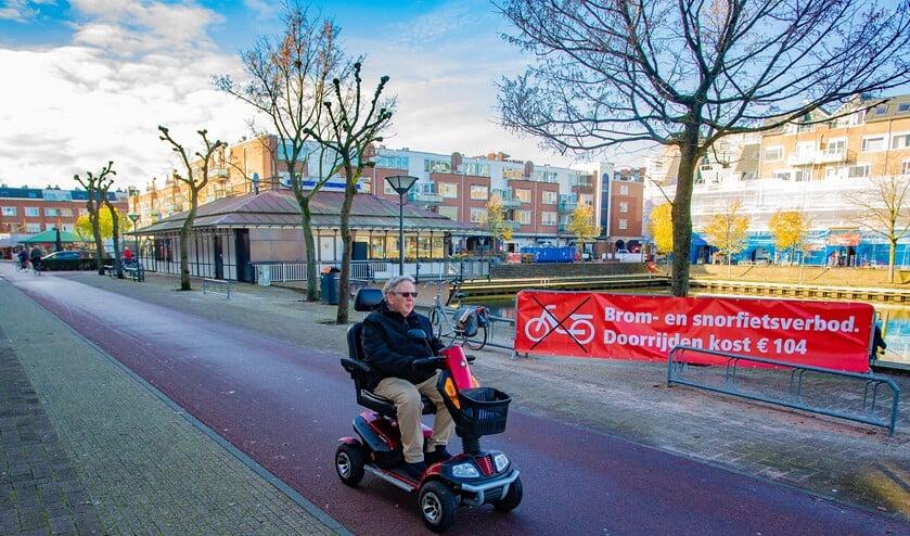 Bromfietsen en scooters mogen niet meer door winkelcentrum Oostermeent rijden. Deze brommobiel wel.