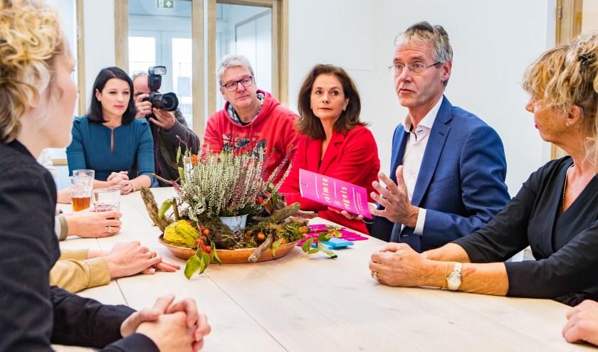 Minister Slob tijdens een eerder bezoek in Hilversum.