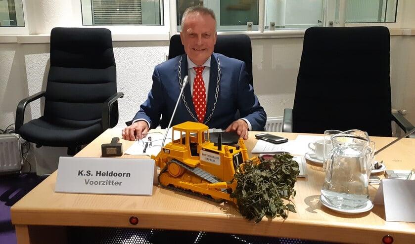 Burgemeeser Sicko Heldoorn kreeg deze bulldozer nadat bekend was dat hij onderzoek zou doen naar de aanpak van waterplantenproblematiek.