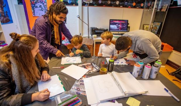 <p>Vorig jaar kregen jonge mantelzorgers in Laren een workshop, maar vanwege corona kan dat dit jaar niet.</p>