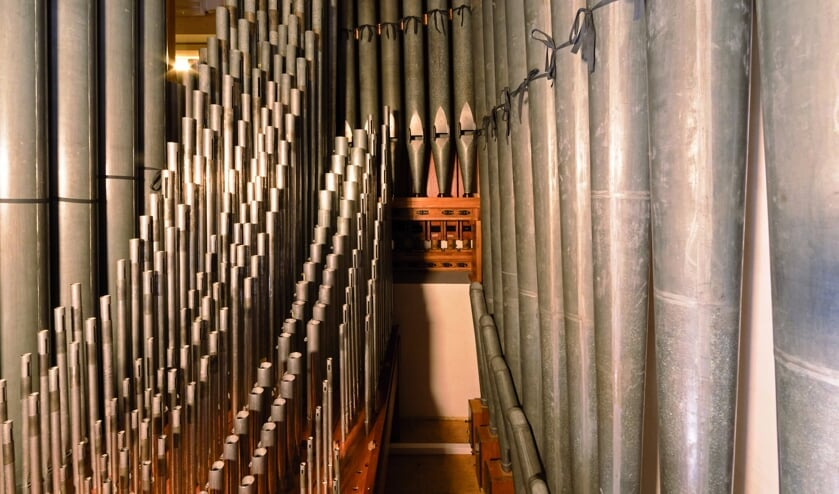 Het metalen pijpwerk van het orgel.