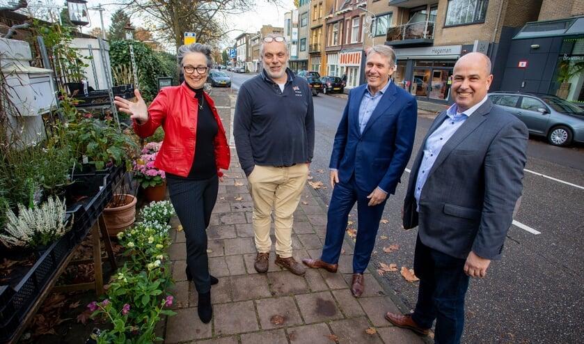 Barbara Boudewijnse, Barry Vermeulen, Nico Schimmel en Jaap Hegeman bespreken plannen voor de Vlietlaan.