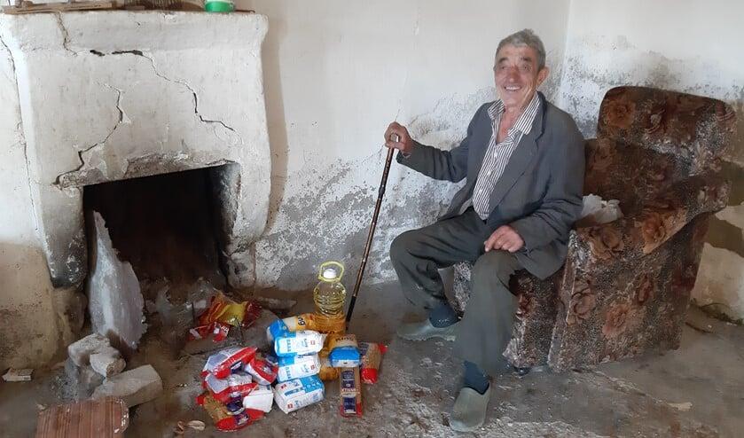 Deze allernoodzakelijkste levensbehoeften in het voedselpakke helpen deze dorpsbewoner en alle andere arme Albanese gezinnen de winter door.