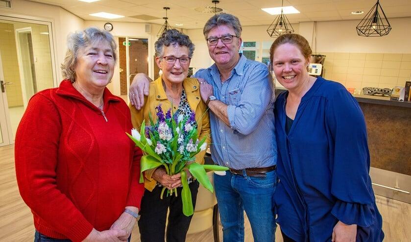 Margot (l) zette maandag samen met beheerder Paul Molenkamp en Versa-medewerker Afke Nijhof (r) Jannie Lakeman in het zonnetje.