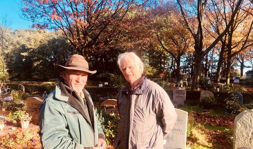 Beheerder Henk de Boer (l) en Vincent Brugman op de begraafplaats.