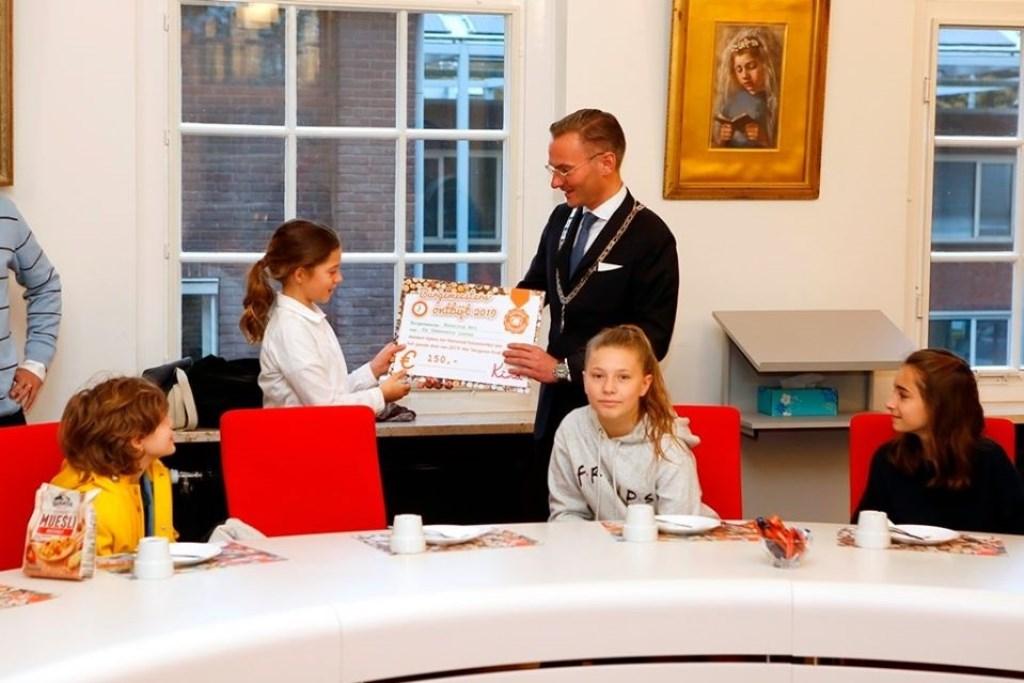 Burgemeester Mol betaalde symbolisch voor het ontbijt. Foto: Gemeente Laren © Enter Media