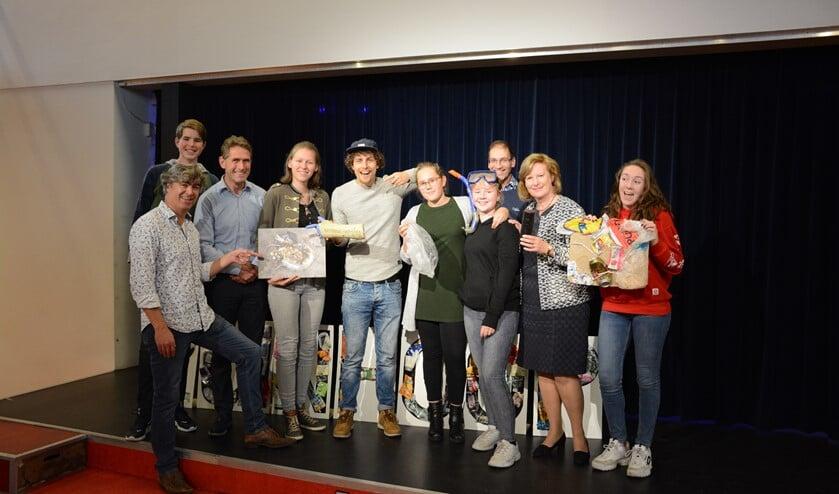 Trashpacker Tijmen (midden met pet) bezocht een aantal dagen Scholengemeenschap Huizermaat.