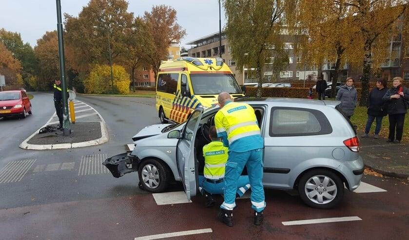 De bestuurster wordt nagekeken door ambulancepersoneel.