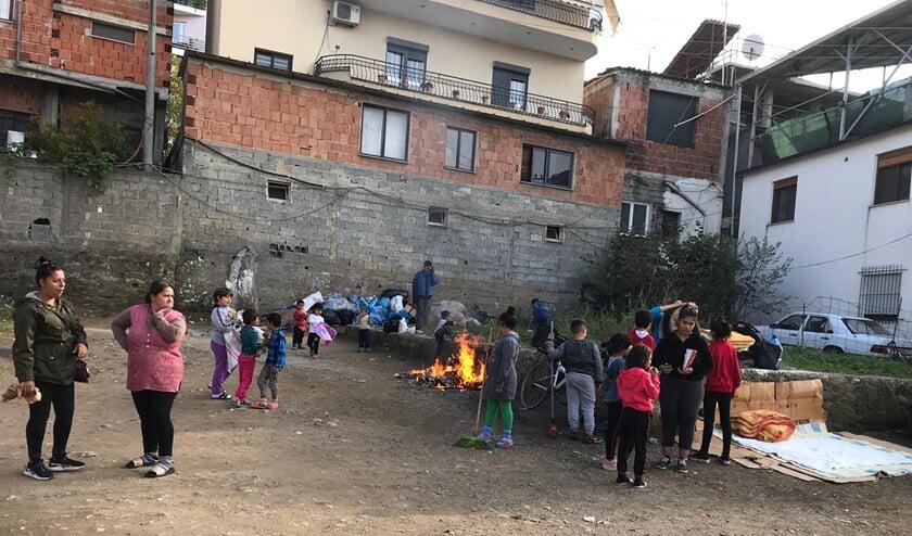 De mensen bij het Roma project leven buiten omdat zij bang zijn dat de gebouwen zullen instorten.
