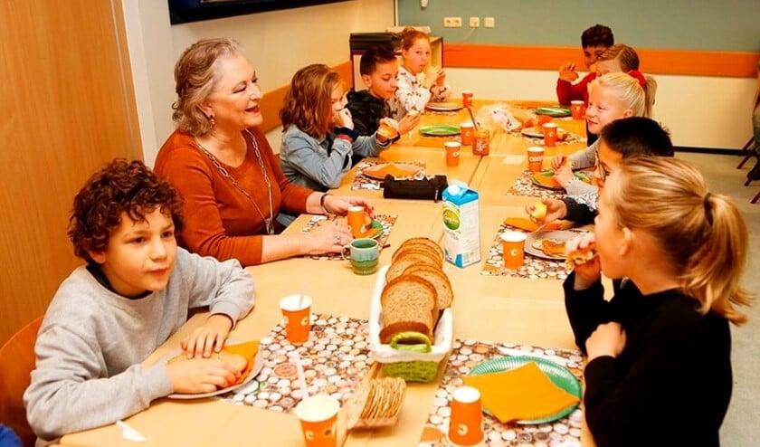 Burgermoeder De Zwart-Bloch ontbijt met kinderen van OBS Bijvanck.
