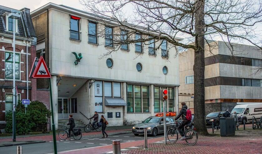 Het postkantoor met rechts het kantoorgebouw.
