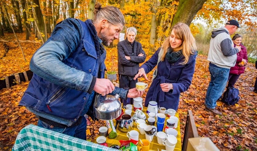 Mark van den Akker verwelkomt de aanwezigen met een kopje thee.
