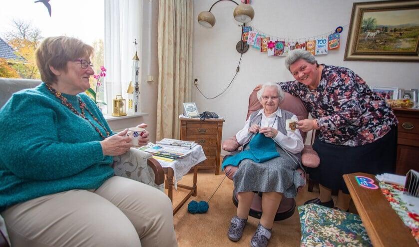 Marja (l) en Joke samen met hun 100-jarige moeder die met zorg en hulp van de kinderen nog zelfstandig woont.