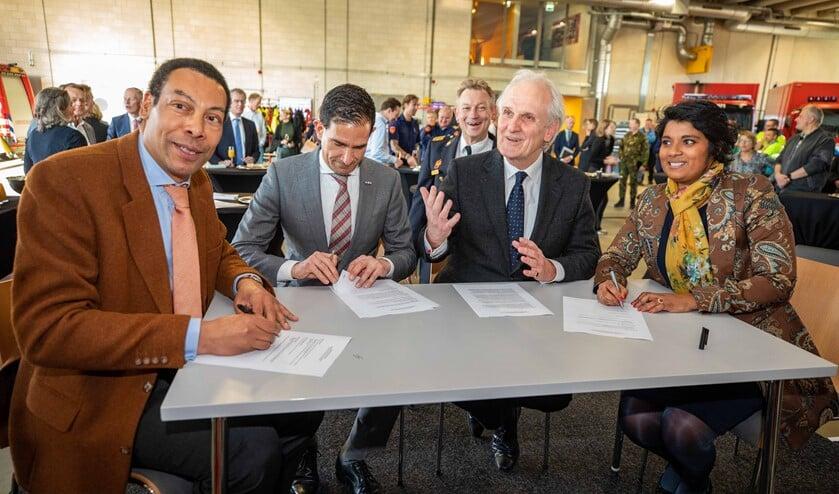 Onder andere wethouder Maarten Hoelscher van Huizen (tweede van links) zette zijn handtekening.