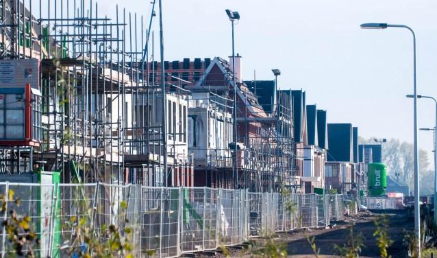 In Weespersluis verrijzen woningen aan straten die verwijzen naar de Stelling van Amsterdam.