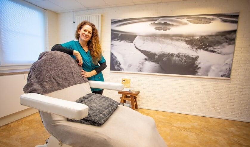 Schoonheidsspecialiste Cindia van der Kroft in haar mooie schoonheidsinstituut 100% Beauty.