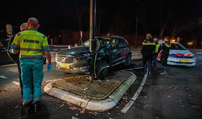 Door een verkeerde inschatting belandde de chauffeur met zijn auto tegen de lantaarnpaal.